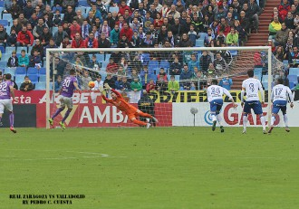 Gol de penalti del Real Valladolid ante el Real Zaragoza